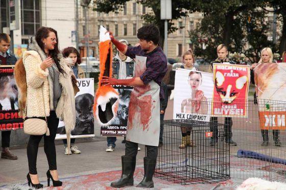 """В Санкт-Петербурге прошла  """"кровавая"""" акция  против меховой индустрии"""