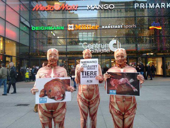Обесшкуренные люди на улицах Германии: активисты  ПЕТА провели акцию против меха