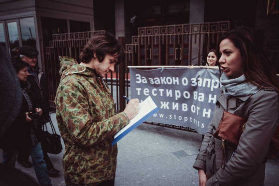 В Москве прошли одиночные пикеты за  запрет  тестирования  косметики на животных