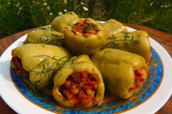 Перец, фаршированный чечевицей с овощами