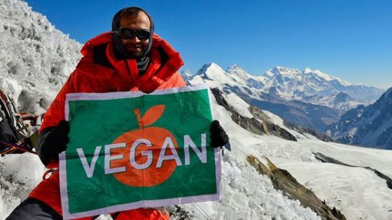 Первый в мире веган совершил восхождение на Эверест в веганской экипировке