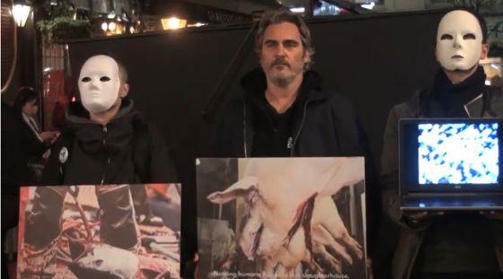 Хоакин  Феникс  присоединился к акции  The Earthlings Experience  в центре Лондона